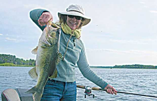 Cyndy-Thompson-with-a-nice-bass-that-Capt.-Keith-Austin-put-her-on.